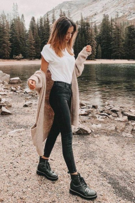 Girl wearing skinny black jeans with white blouse