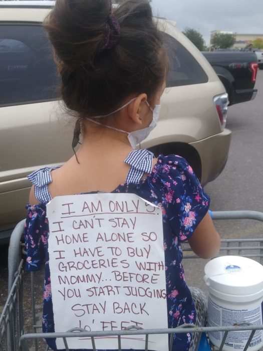 MaryAnn Fausey Resendez, mamá lleva a su hija al supermercado y coloca un cartel para que no la juzguen