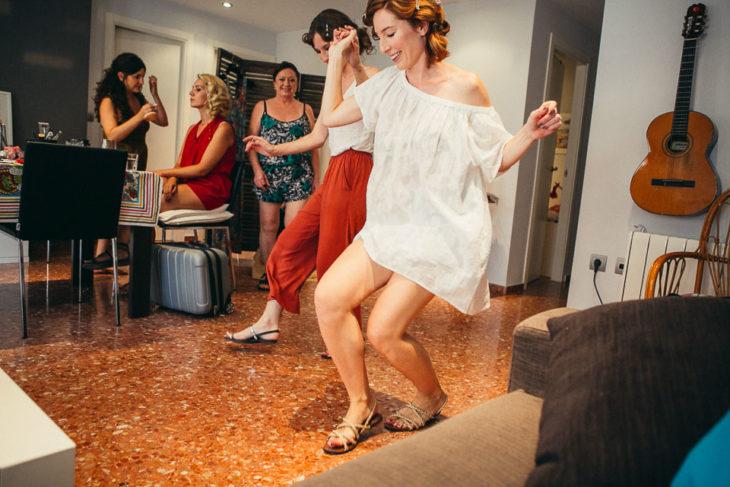 Amigas bailando en la sala de la casa