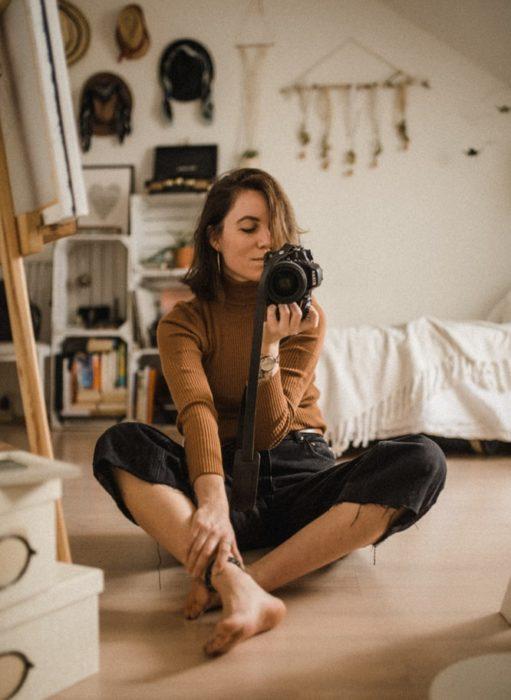 Chica tomando selfies en su recamara