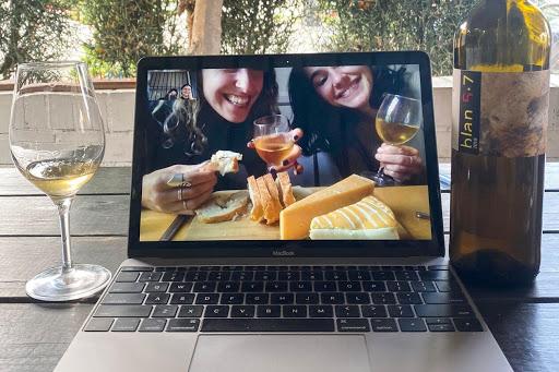 Grupo de amigas teniendo una fiesta virtual