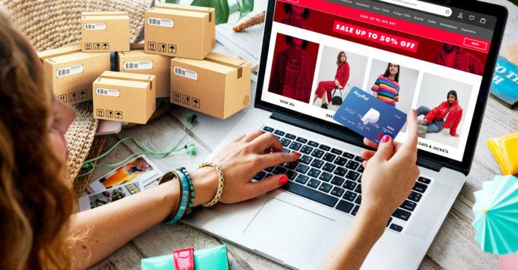 Chica haciendo compras en línea con tarjeta de crédito