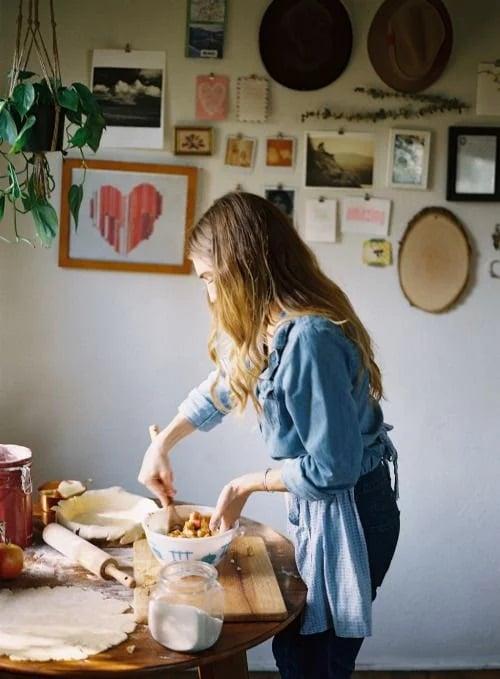 Chica cocinando pastel casero