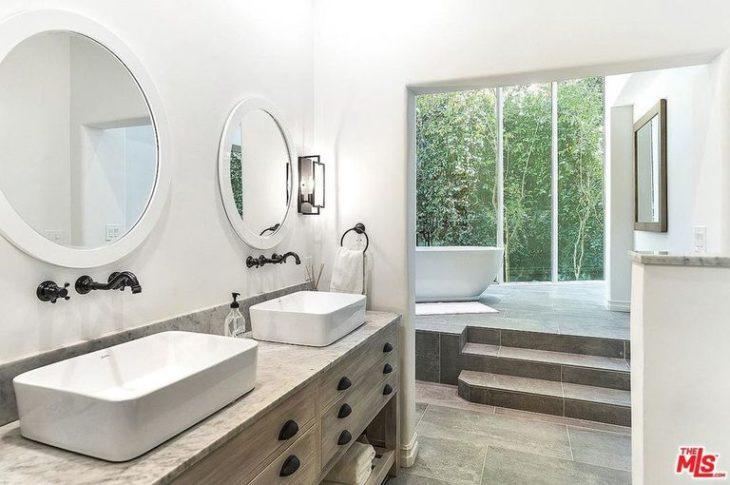 Baño de color blanco que están en la mansión que compró Selena Gomez