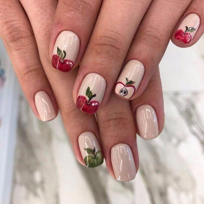 Diseño de manicure de manzanas