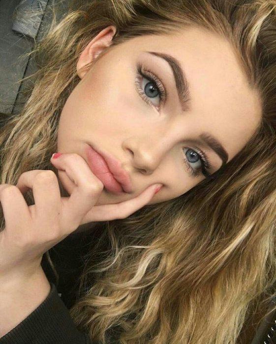 No make up make up resaltando cejas y pestañas