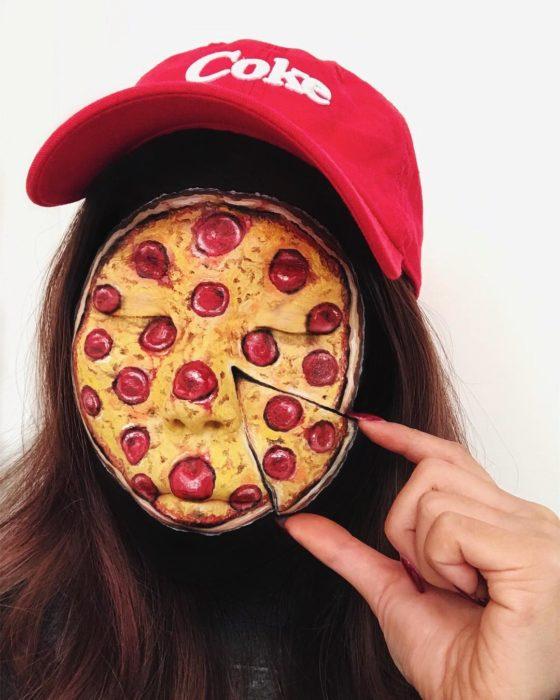 Maquillaje de ilusión óptica de pizza de peperoni
