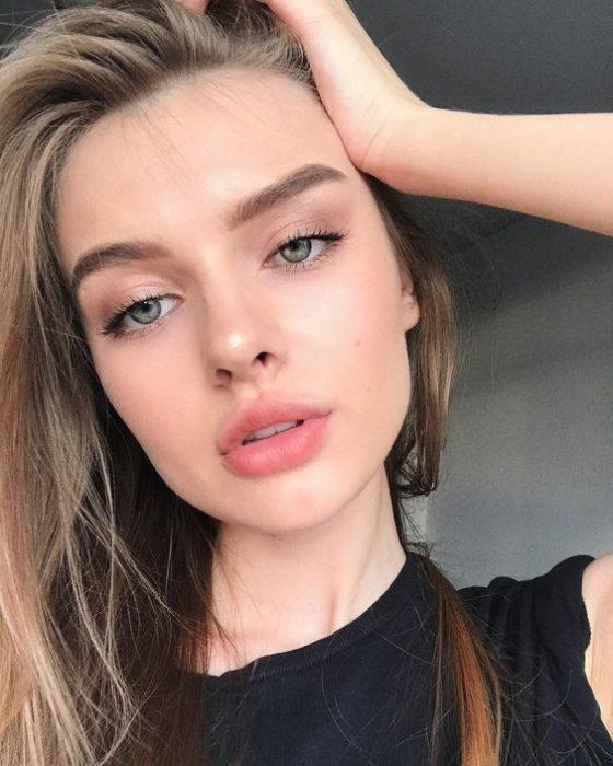 No make up make up resaltando labios y delineado