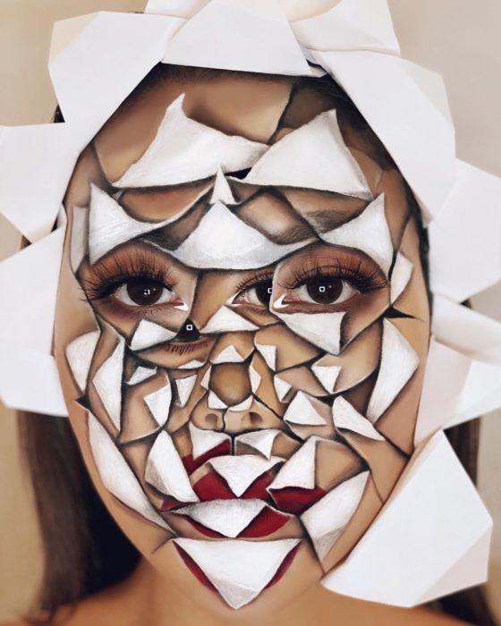 Maquillaje de ilusión óptica de un capullo de flor abriéndose