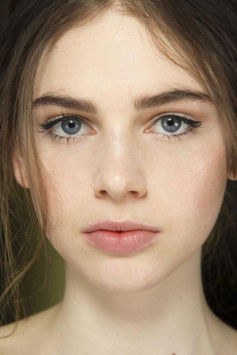 No make up make up resaltando los ojos y las cejas