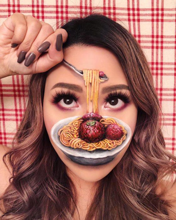 Maquillaje de ilusión óptica de plato de spaguetti a la boloñesa