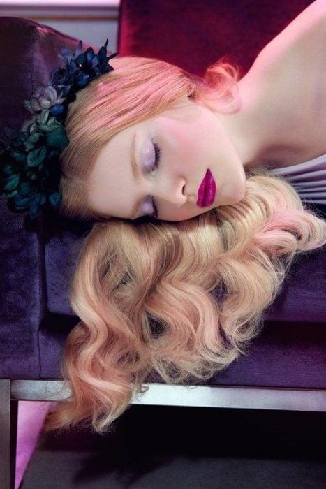 Chica con maquillaje inspirado en Aurora de La bella durmiente de Disney