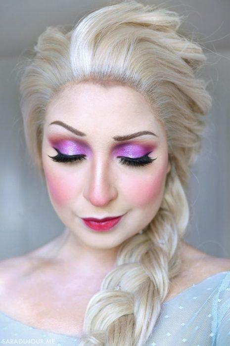 Chica con maquillaje inspirado en Elsa de Frozen película de Disney