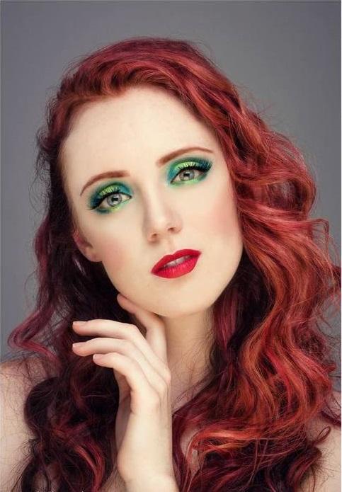 Chica con maquillaje inspirado en Aril de La sirenita de Disney