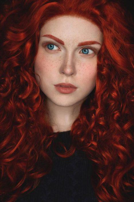 Chica maquillada como Merida de la película de Disney Valiente