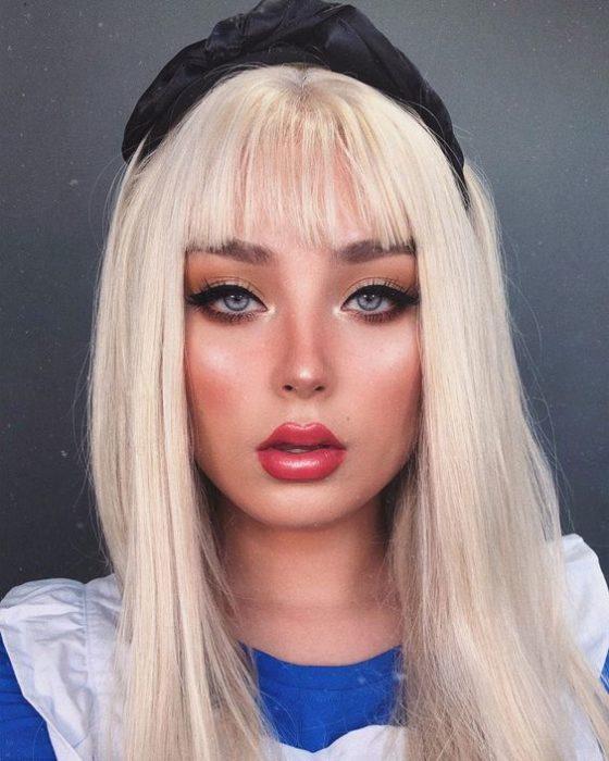 Chica con maquillaje inspirado en Alicia de Alicia en el país de las maravillas de Disney
