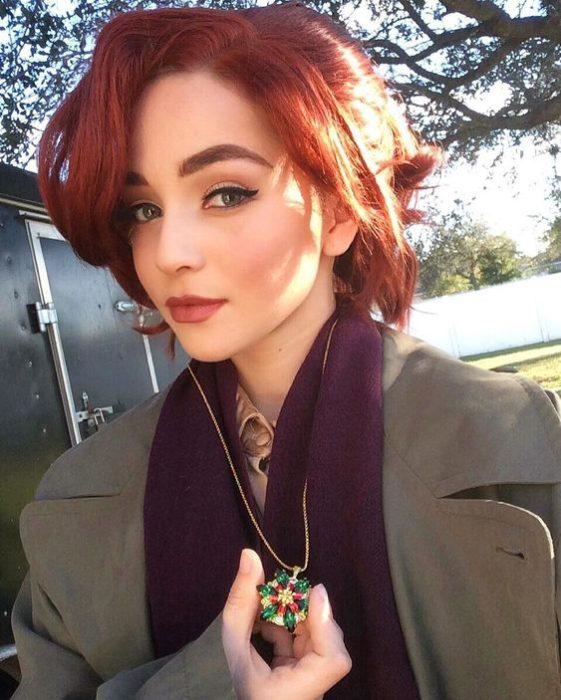 Chica con maquillaje inspirado en Anastasia con cabello rojo y sombras neutras