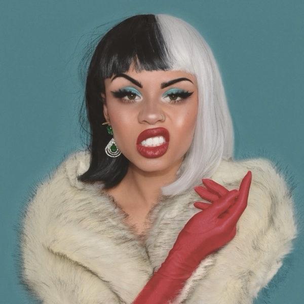 Chica con maquillaje inspirado en Cruella de Vil de 101 Dalmatas de Disney