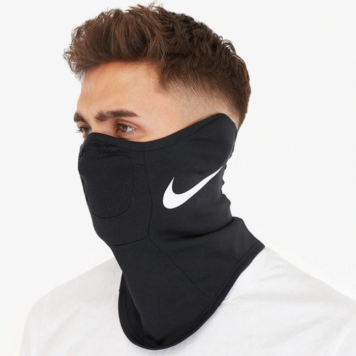 Hombre usando mascarilla para personal de salud creada por Nike
