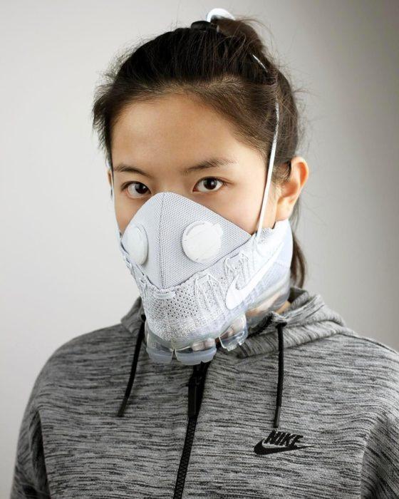 Mujer usando mascarilla para personal de salud creada por Nike