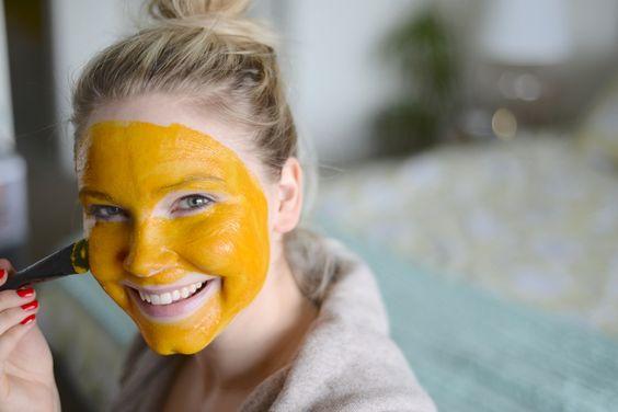 Chica usando mascarilla de cúrcuma sobre la piel
