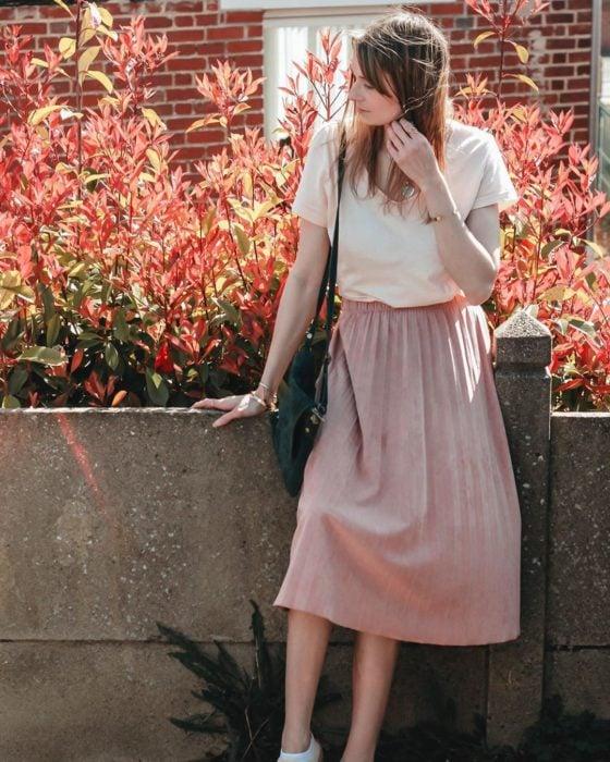 Chica usando maxi falda rosa