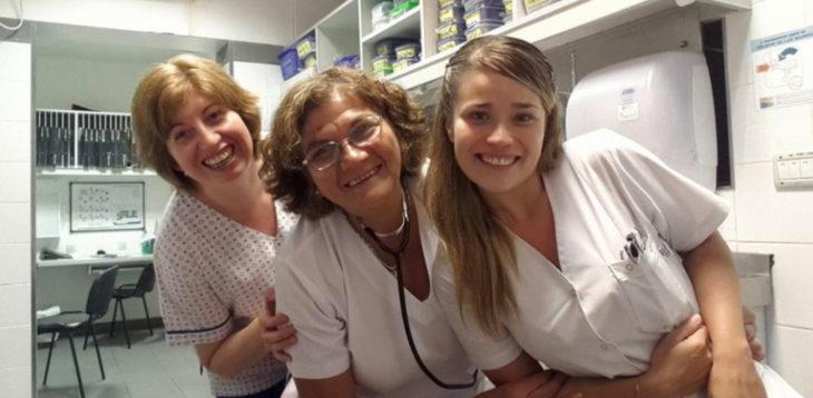 Mayra con compañeras de trabajo del hospital