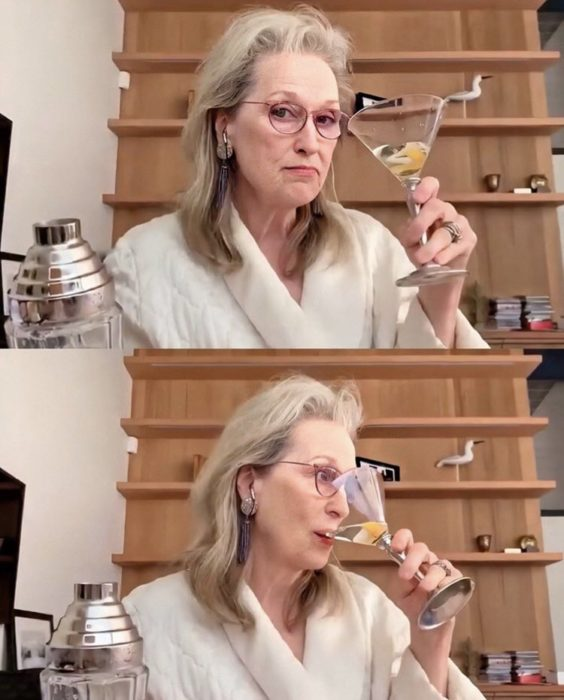 Meryl Streep tomando un martini