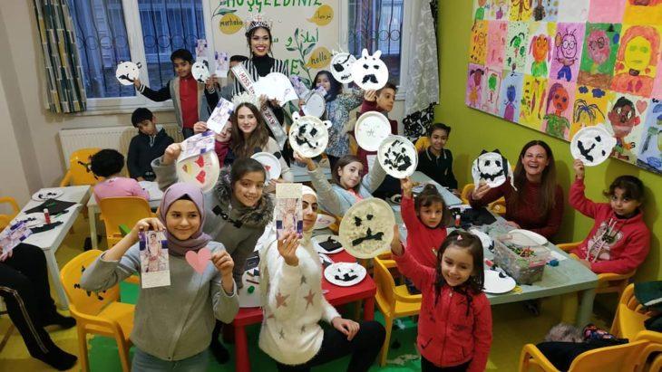 Miss Inglaterra en una escuela de niñas, durante su gira de ayuda