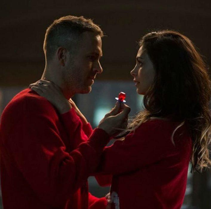 Escena de la película Deadpool en la que participan Morena Baccarin y Ryan Reynolds