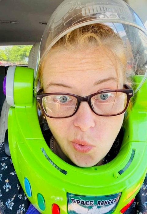 Kelly Hogan Painter; mujer usa máscara de Buzz Lighyear, de Toy Story, para ir al supermercado