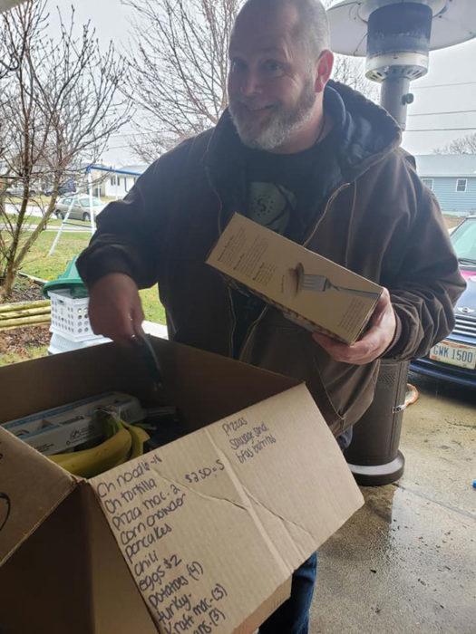 Hombre recibiendo comida de su vecina
