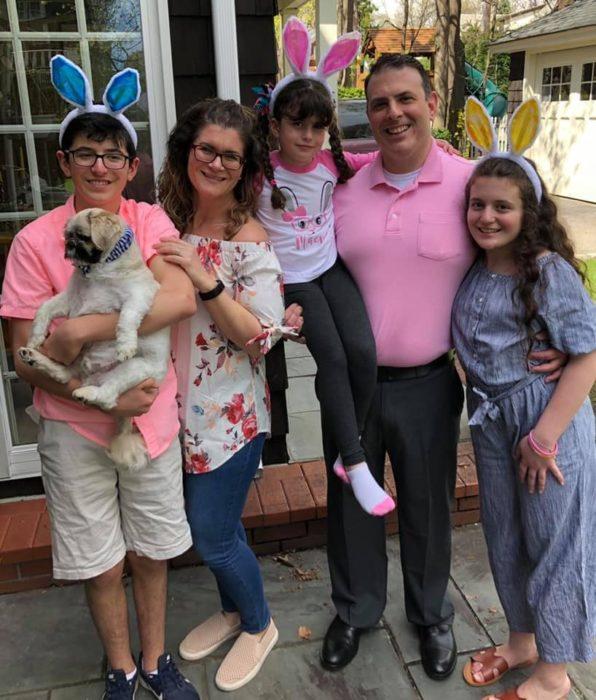 Familia abrazados festejando el día de pascua