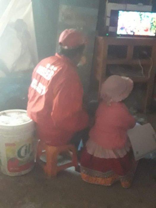 Padre e hija atentos a clases en line