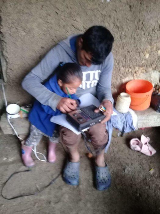 Niños en Perú responsables con sus clases virtuales