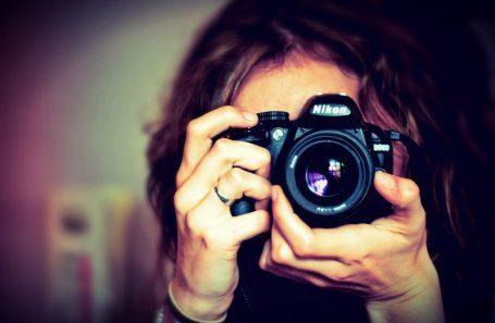 Chica sosteniendo una cámara Nikon