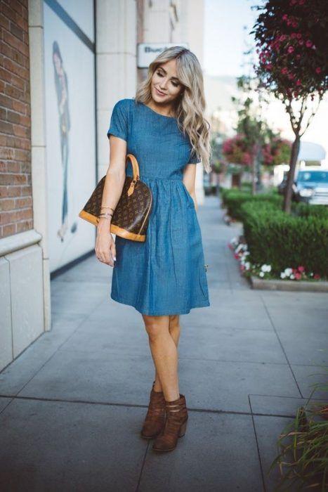 Outfit de vestido con botines