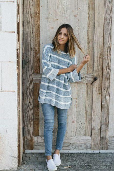 Chica usando jeans y blusón holgado