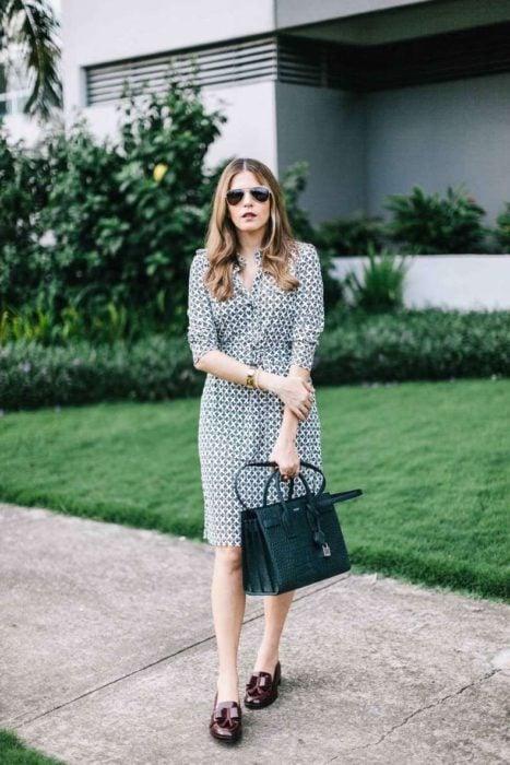 Outfit de vestido con mocasines
