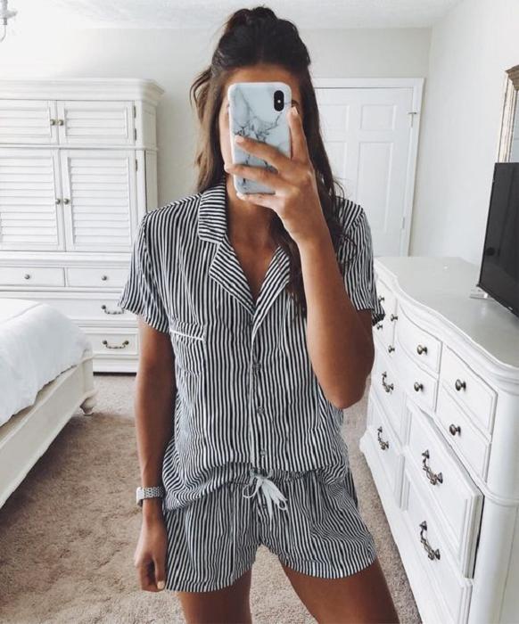 Chica usando pijama de rayas