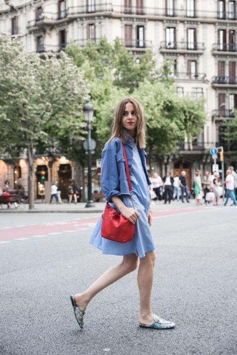 Outfit de vestido con zapatos mules