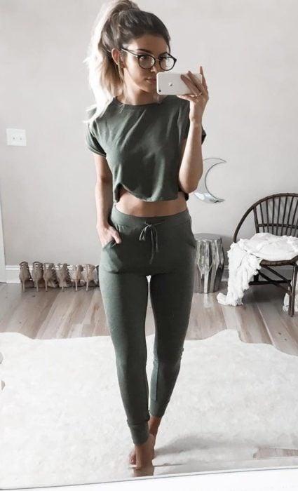 chica usando pantalones chandal