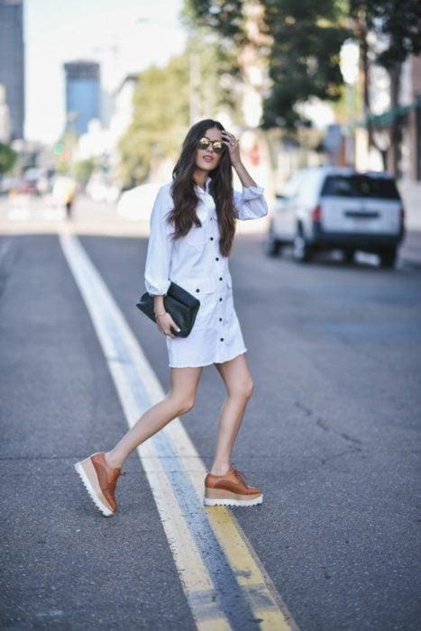Outfit de vestido con falts de plataforma