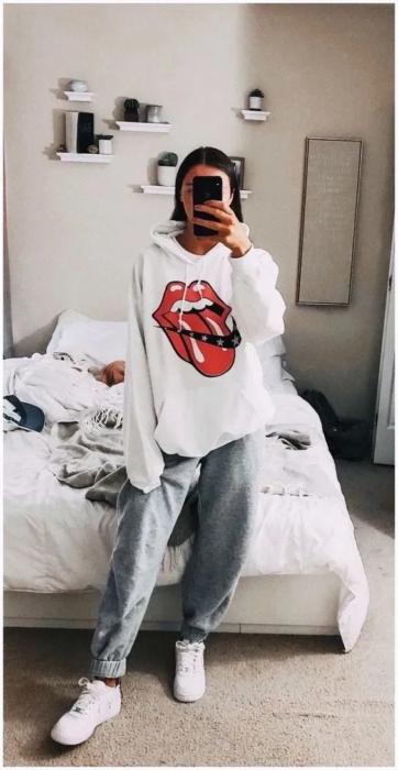 Chica usando pants y sudadera over size