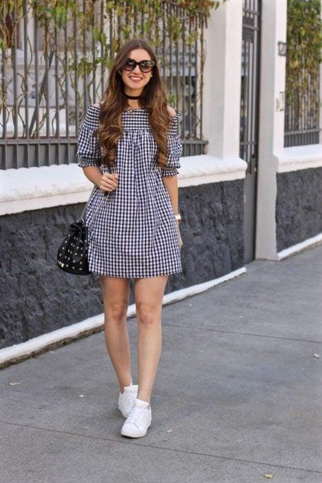 Outfit de vestido con tennis