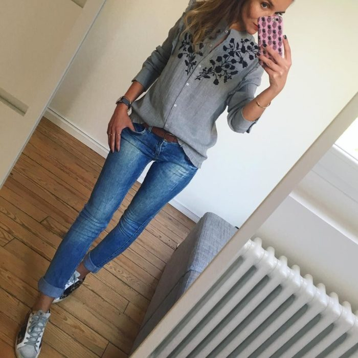 Chica usando jeans y camisa
