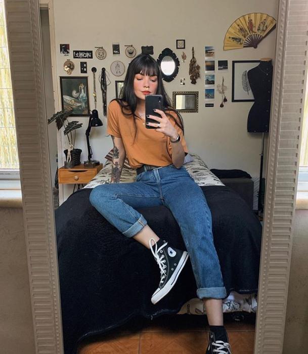 Outfit con mom jeans y converse