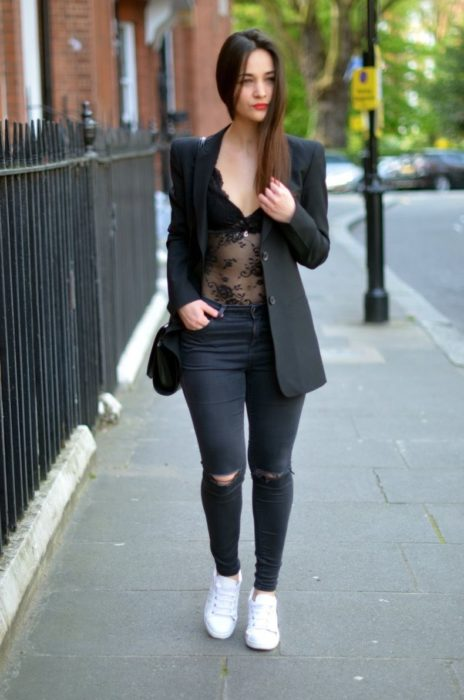 Outfit total black con tenis blancos
