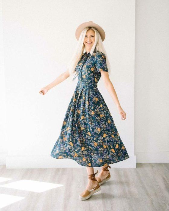 Outfit de vestido con zapatos de piso