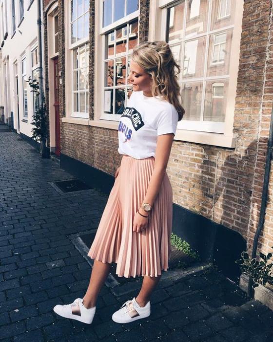 Outfit con maxi falda y tenis blancos